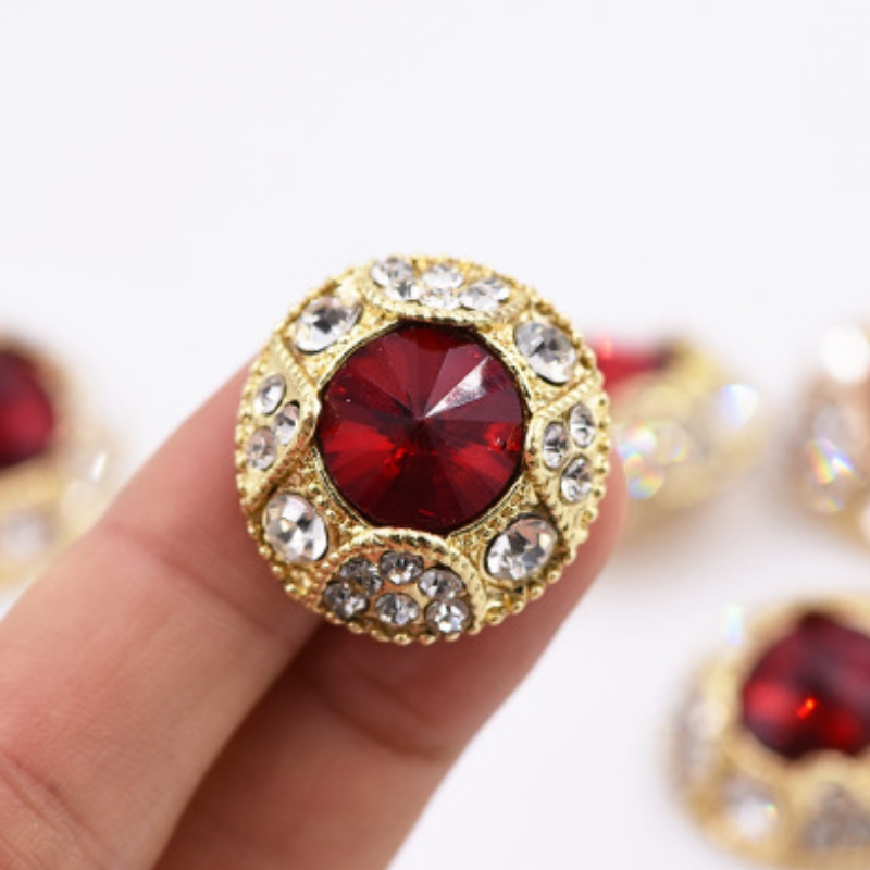 The gemstone button with domineering and exposed features has been on the road of Regal ladies since then